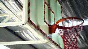 药丸击中篮球篮的后面在健身房的 影视素材