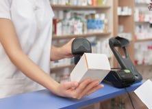 药剂价格扫描与条形码扫描器的 库存照片