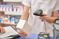 药剂师使用的条形码扫描器在药房 库存图片