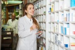 药剂师在化学家` s商店 免版税库存照片