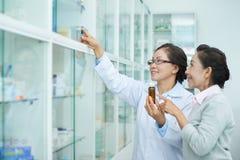 药剂师帮助的顾客 免版税库存图片