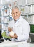 药剂师香波瓶扫描条形码画象  库存照片