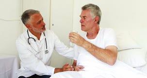 给药剂的医生一名老人 股票视频