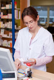药房化学家妇女在药房 免版税库存照片