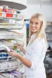 药房药房常设妇女 免版税库存照片