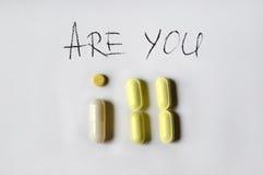 药房题材 多彩多姿的药片和胶囊白色表面上 做题字 库存照片