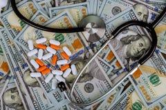 药片和听诊器在美国美金医疗保险概念 库存图片