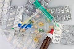 药片和注射器 库存照片