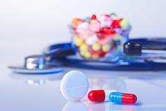 药片和片剂宏观静物画在白色蓝色 库存图片