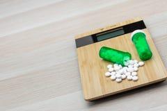 药片和绿色瓶 免版税图库摄影