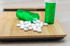 药片和绿色瓶 库存图片