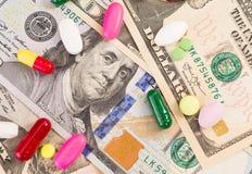 药片和胶囊顶视图在美金 免版税库存照片
