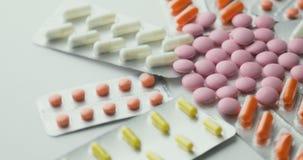 药片和药物转动 医学、药片和片剂有转动在一个无缝的圈的天线罩包装的 关闭与 影视素材