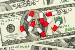 药片和金钱 免版税库存图片