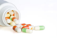 药片和医学箱子 免版税库存图片