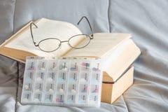 药片在星期装箱并且分离与医学的时间在plasti 免版税图库摄影