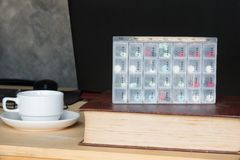 药片在星期装箱并且分离与医学的时间 库存图片