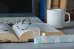 药片在星期装箱并且分离与医学的时间 图库摄影