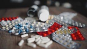 药片多彩多姿的片剂的巨大数目 在桌上的美丽的下落药片 白色,蓝色,红色和yellownpills 股票录像