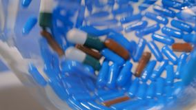 药片接近的看法在转动的玻壳的在药房商店 股票录像