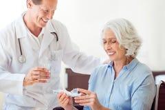 给药片的亲切的医生 免版税库存图片