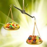 药片的图象,果子和标度关闭  免版税图库摄影