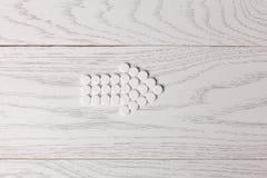 药片箭头在桌上的 免版税库存图片