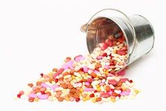 药片,在一个桶的胶囊在白色背景,药房,医学 库存照片