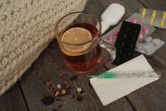 药片,温度计,医疗茶用柠檬 免版税库存照片