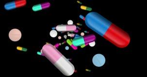 药片,片剂和颜色胶囊落 股票录像
