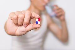 药片,片剂在手中压缩堆,紧密看法 库存图片
