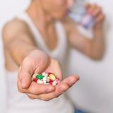 药片,片剂在手中压缩堆,紧密看法 免版税库存照片
