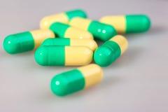 药片,胶囊,在白色表面无光泽的背景 免版税图库摄影
