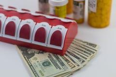 药片bottls和美国金钱 免版税库存图片