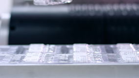 药物包装机器 在传送带的医疗细颈瓶 股票录像