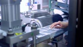 药物包装 工作者手投入了医疗细颈瓶在生产线 股票录像
