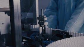 药物生产 在配药制造的线的医疗小瓶 在自动化的生产线的医疗细颈瓶在 股票录像