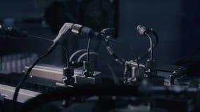 药物生产 在配药制造的线的医疗小瓶 在自动化的生产线的医疗细颈瓶在 影视素材