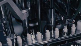 药物生产 在配药制造的线的医疗小瓶 在自动化的生产线的医疗细颈瓶在 股票视频