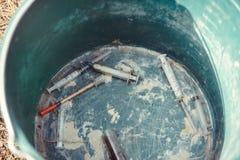 药物用途的问题在城市、不卫生的条件和威胁的森林使用了被找到的注射器对其他 库存图片