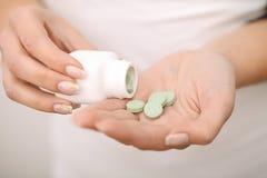 药物采纳  自我治疗法在家 您的医生规定的药片 库存图片