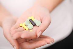 药物采纳  自我治疗法在家 您的医生规定的药片 免版税图库摄影