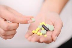 药物采纳  自我治疗法在家 您的医生规定的药片 免版税库存照片