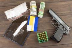 药物销售  国际罪行,毒品交易 药物和金钱在一张木桌上 免版税图库摄影