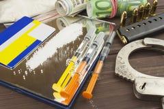 药物销售  国际罪行,毒品交易 药物和金钱在一张木桌上 免版税库存图片