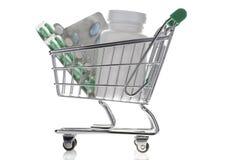 药瓶和药片在被隔绝的购物车  免版税库存图片