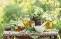 药用植物和油按摩的 库存照片