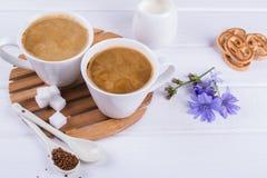 药用植物苦苣生茯,饮食在一个杯子的饮料苦苣生茯用牛奶早餐 库存照片