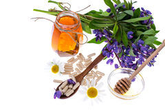 医药草本、蜂蜜、自然胶囊和药片在医学 免版税库存照片