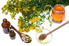 医药草本、蜂蜜、自然胶囊和药片在医学 库存照片
